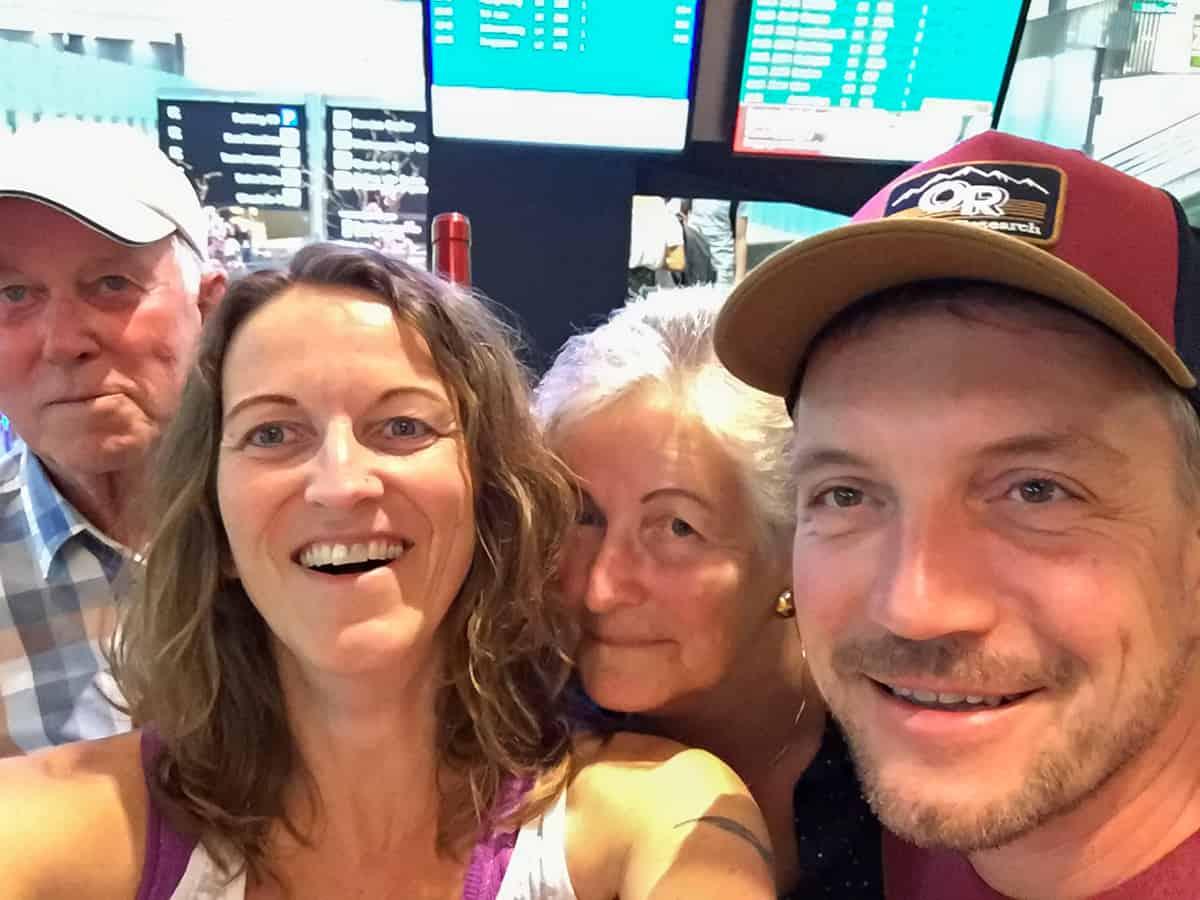 Mam und Däddy mit uns am Flughafen